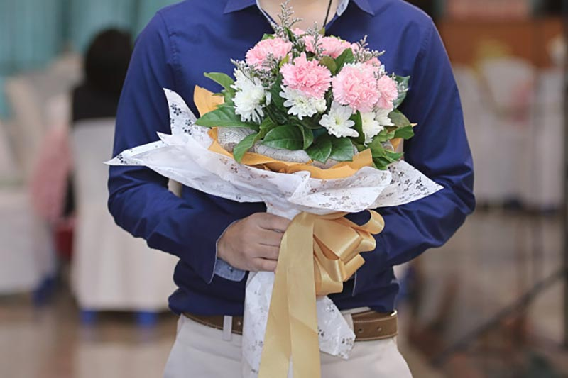 close-up-handsome-young-man-holding-beautiful-bouquet-flower-his-girlfriend_21980-128