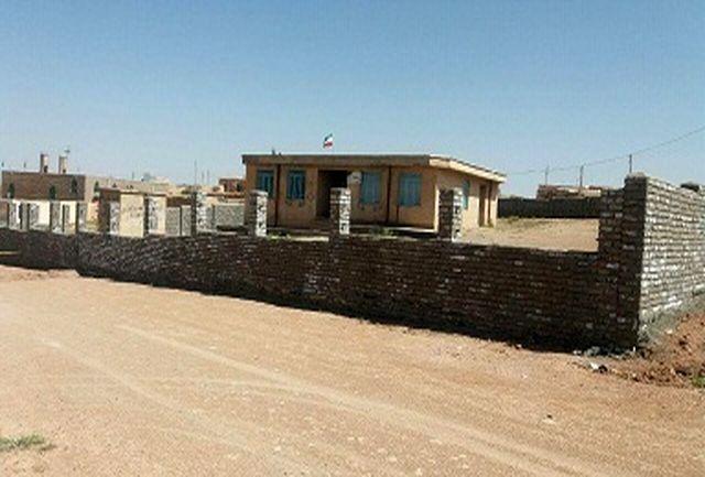 عملیات دیوارکشی محوطه مدرسه شهید مفتح عموکندی پس از 35 سال احداث شد