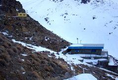 اجساد کشف شده حادثه سقوط هواپیما به کمپ کوهنوردان انتقال داده میشوند