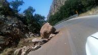 سقوط سنگ در جاده هراز بر روی خودروی سواری
