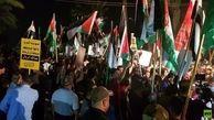 حمله معترضان خشمگین به سفارت بحرین/ پرچم فلسطین جای پرچم بحرین را گرفت