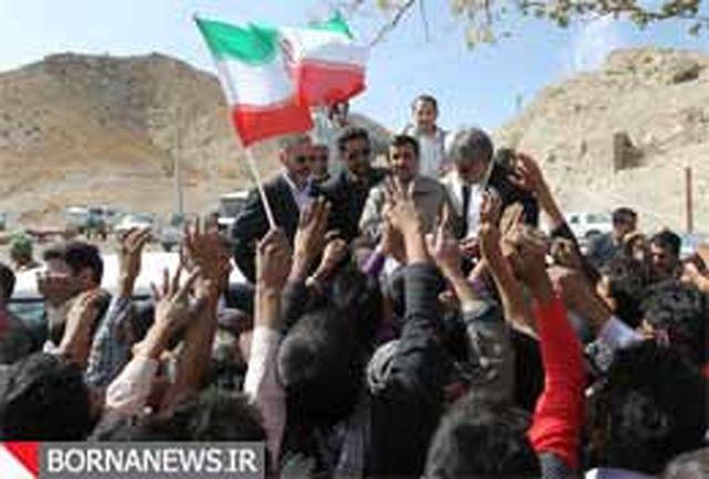 در افق نگاه این کودکان، احمدی نژاد ایستاده است+عکس
