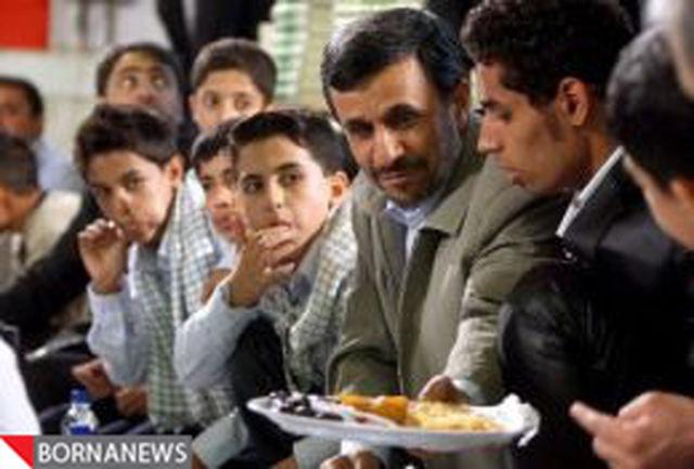 احمدی نژاد کنار ایتام افطار کرد+عکس