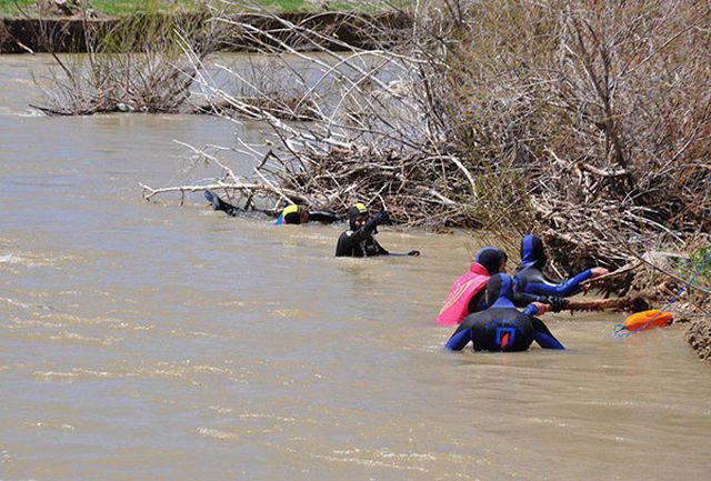 پیکر امیرعلی 4 ساله توسط تیم غواصی آتش نشانی اراک از آب بیرون کشیده شد
