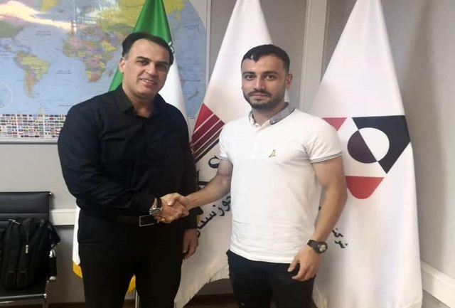 مدافع چپ تیم فولاد خوزستان قرارداد خود را یک سال دیگر تمدید کرد