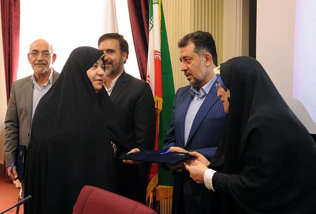 تجلیل از دبیر مجمع خیرین ازدواج استان