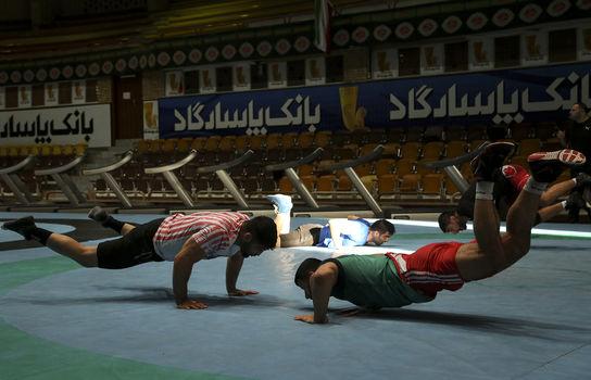 بازدید وزیر ورزش و جوانان از تمرینات تیم های ملی کشتی و وزنه برداری