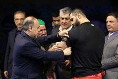 وزیر ورزشوجوانان بازوبند پهلوانی کشور را بر بازوی جابر صادقزاده بست