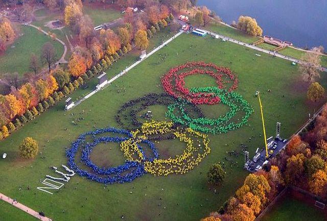 تشکیل حلقه انسانی المپیک در هامبورگ