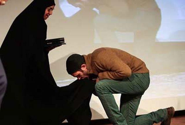بوسه بابک حمیدیان بر چادر همسر شهید/مریلا زارعی هستم،متولد تهران، فرزند ایران