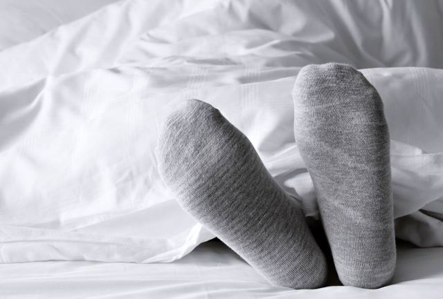 چرا باید موقع خواب شبانه جوراب پوشید؟+دلیل