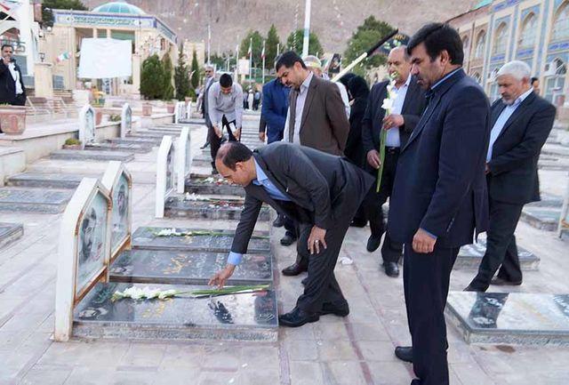 گلزار شهدای کرمان توسط فرهنگیان غبار روبی و عطر افشانی شد