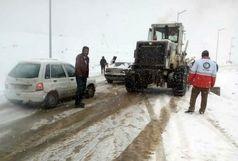 امدادرسانی به خودروهای گرفتار شده ناشی از برف در محور سیاهکل به دیلمان