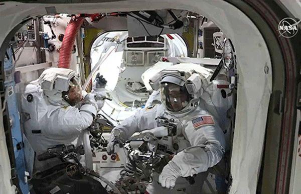 فضانورد ناسا آینه لباسش را گم کرد