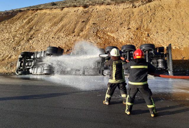 تلاش ۲۵ آتش نشان در حادثه حساس واژگونی تانکر حامل بنزین