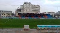 بارش باران در قائمشهر/ تماشاگران وارد ورزشگاه شهید وطنی شدند