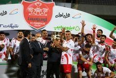 سلطانیفر جام قهرمانی را به پرسپولیسیها اهدا کرد
