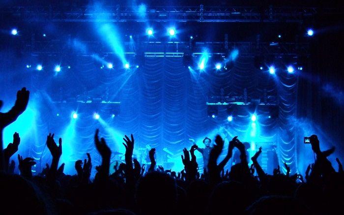 حرکت منشوری مجری ممنوعالکار در کنسرت / ببینید