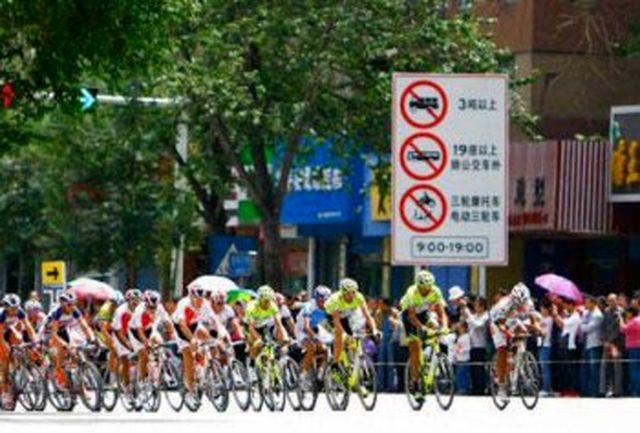 پیراهن طلایی بر تن دوچرخه سوار ایرانی