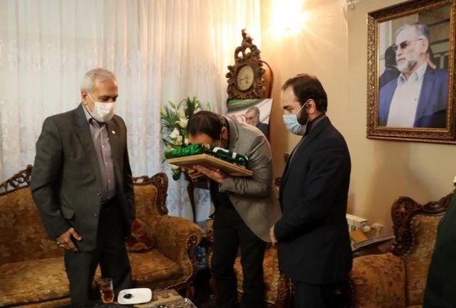 پرچم آستان رضوی به خانواده دانشمند شهید فخری زاده اهدا شد