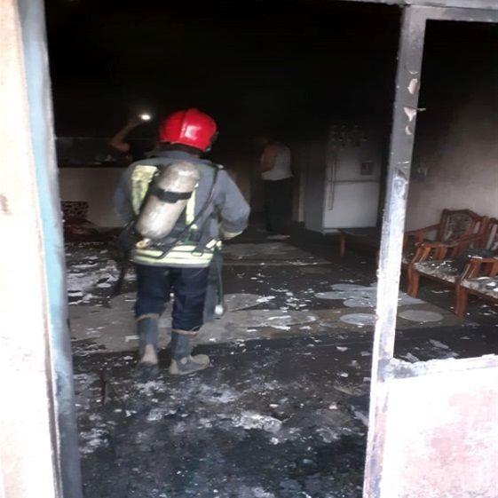 نجات ۲ محبوس در آتش از طبقه چهارم مجتمع مسکونی+ببینید