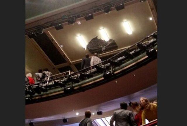 سقف سالن در حین اجرای نمایش فرو ریخت