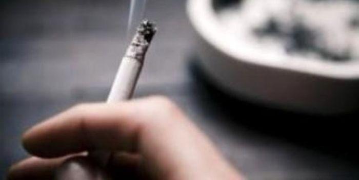 اعتیاد این زن عجیب به خوردن ته سیگار ! + عکس