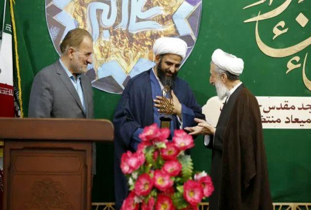 تجلیل از «بیآزار تهرانی» برای خدمت به سیل زدگان در مسجد مقدس جمکران