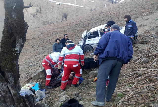 انحراف و سقوط خودروی پراید به دره کوهستانی حادثه ساز شد