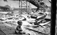عکس تکاندهنده گریه کودکی سوخته در خرابه های جنگ!