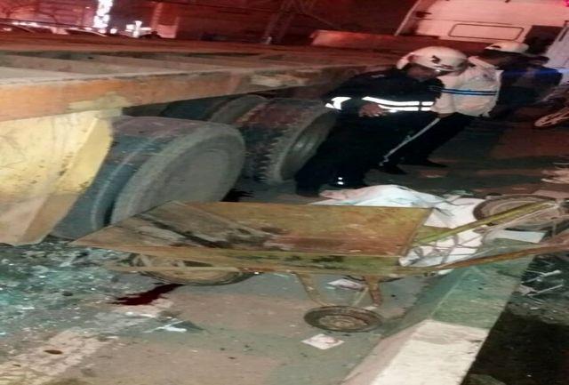 تصادف با کامیون جان عابر پیاده گاری کش را گرفت
