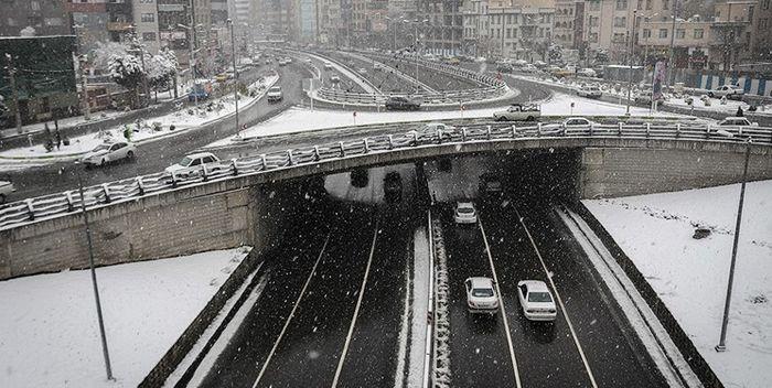 بارش برف و کولاک محورهای شمالی پایتخت را مختل کرد