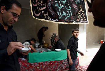 سوگواری عزاداران حسینی در ظهر عاشورا - روستای هفتهر یزد