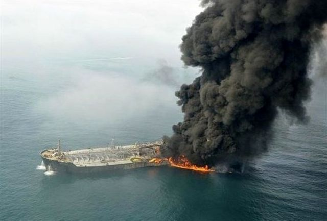 تصاویر 32 دریانورد  نفتکش ایرانی آتش گرفته در آب های چین / ببینید