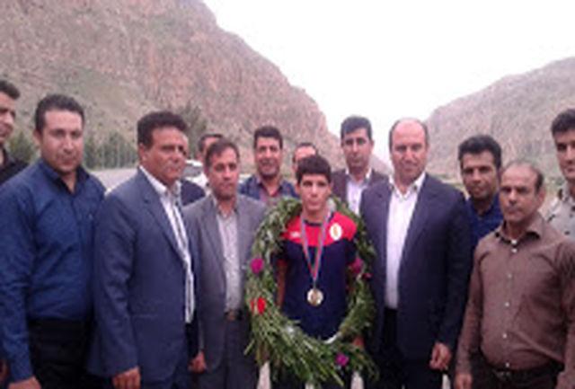 استقبال مردم ومسئولین پلدختر از قهرمان طلایی  مسابقات کشتی جام آذربایجان