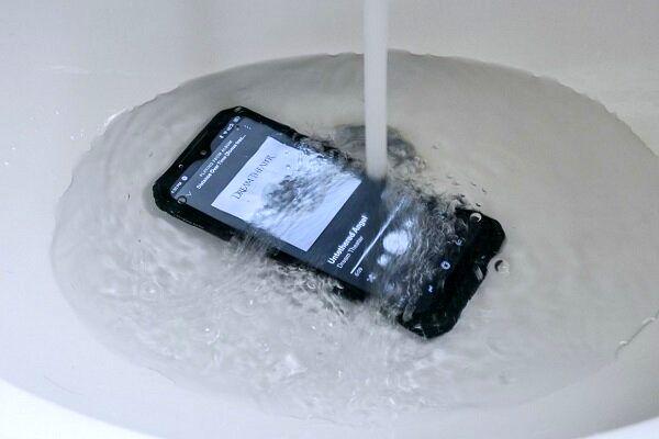 گوشی تلفن همراهی که زیر آب کار می کند