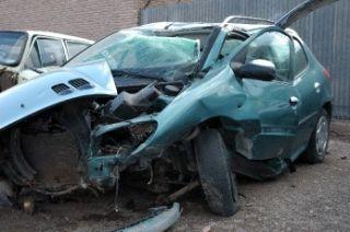برخورد پژو 206 با دیوار مغازه مرگ راننده را رقم زد