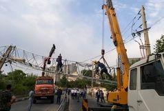 سقوط هولناک دکل مخابراتی در خیابان حکیمیه تهران