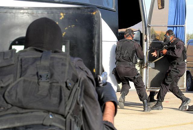 گروگان گیری در قم / قاتل در اتوبوس به محاصره درآمده است