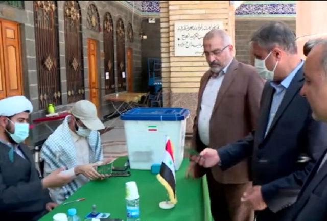 وزیر راه و شهرسازی در حرم حضرت زینب (س) در دمشق رای خود را به صندوق انداخت