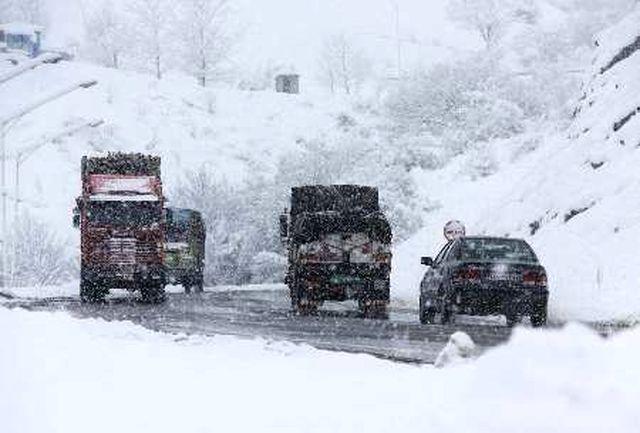 بارش برف در گردنه نهاوند-نورآباد/رانندگان زنجیر چرخ همراه داشته باشند