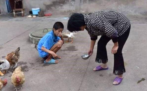 این پسر 10 سال است به چاه حیاط زنجیرشده+عکس