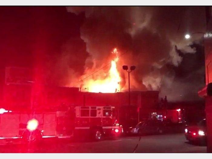 تجمع مردم در آتش سوزی کارخانه ریسندگی، باعث راه بندان خودروی امدادگران شد