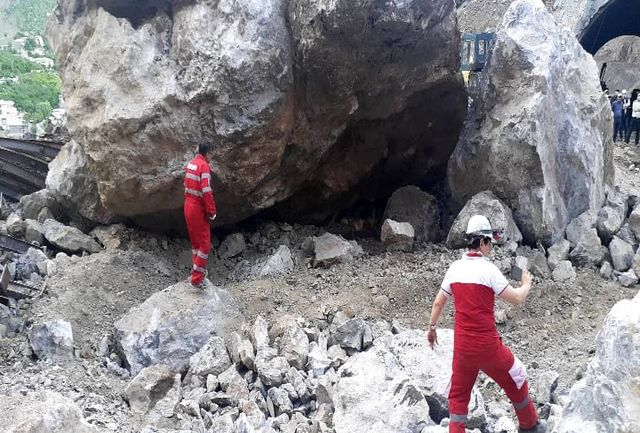 ریزش سنگ حوالی تونل در شهرستانک + فیلم