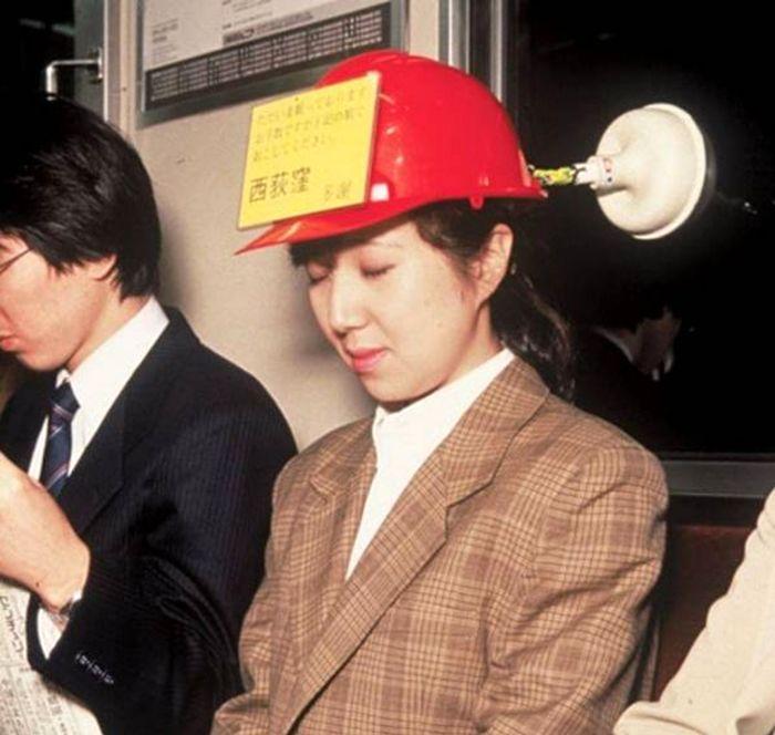 چگونه در مترو راحت بخوابیم؟ +عکس
