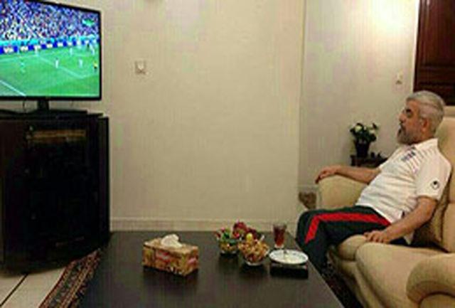 رییس جمهور با پیراهن تیم ملی به تماشای فوتبال نشست+عکس