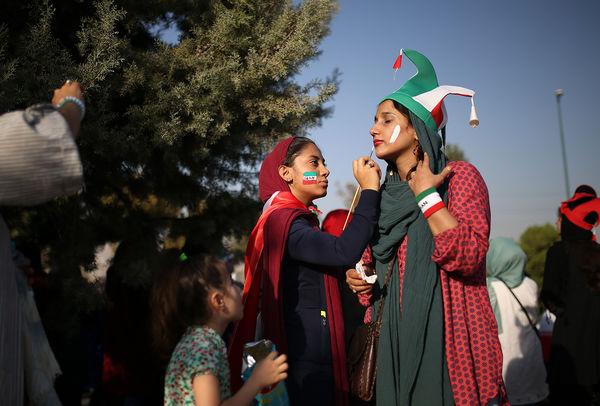 در حاشیه دیدار تیم های ملی ایران و کامبوج -حضور زنان در ورزشگاه آزادی